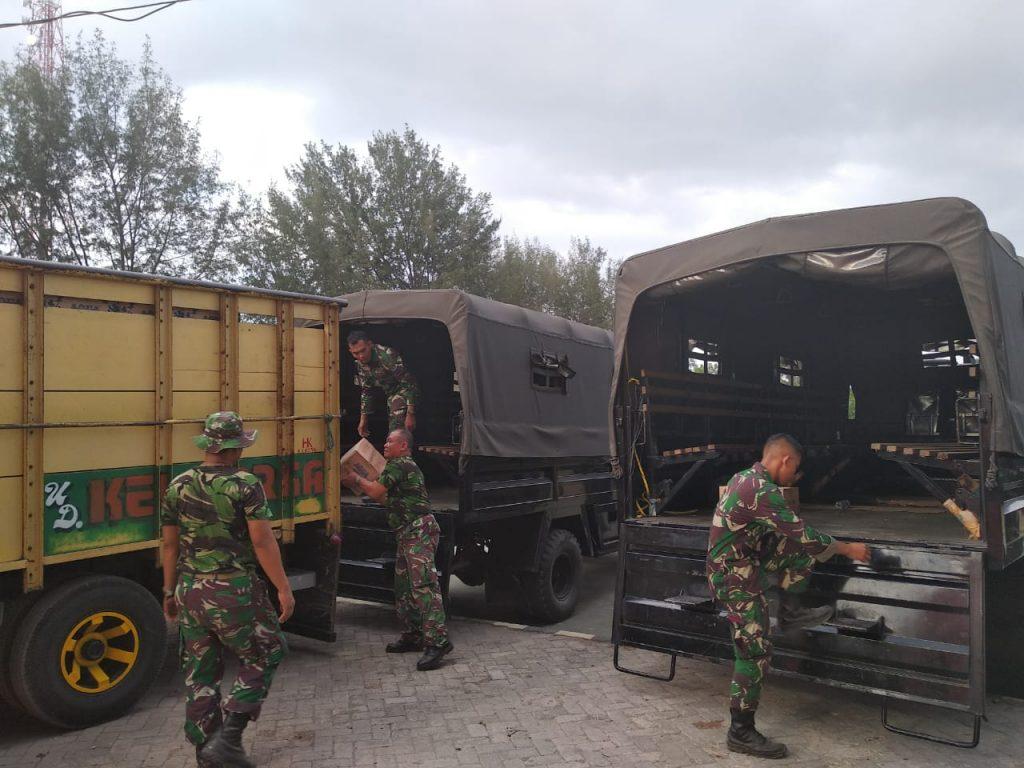 Pemberian Air Mineral Kepada TNI Dalam Rangka Bakti Sosial Bersama di Lapangan Tanjung Lombok Utara