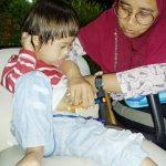 Bocah lucu berumur 3 tahun, lahir dalam kondisi Down Sindrome dan saat ini mengidap Diabetes Melitus 1